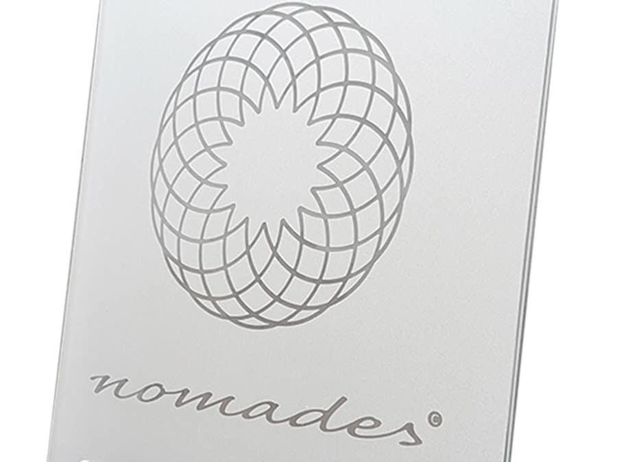 Nomades – Logoaufsteller